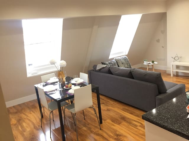 Amazing flat 4 sleeps Redhill center near Gatwick Airport