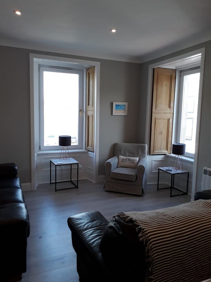 Large, bright, 4 bedroom flat with harbour views