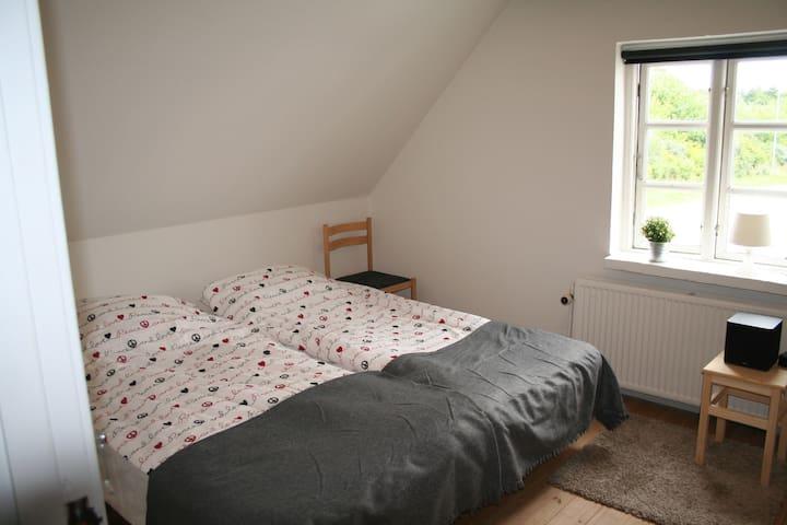 Lyst værelse med plads til 3 gæster