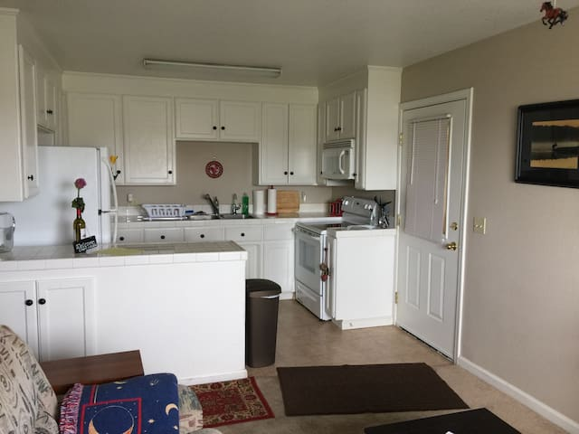 Private apt, close to water & wine, full kitchen - Brentwood - Huoneisto