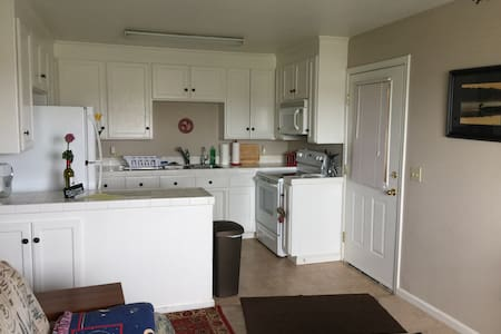 Private apt, close to water & wine, full kitchen - 브렌트우드(Brentwood)