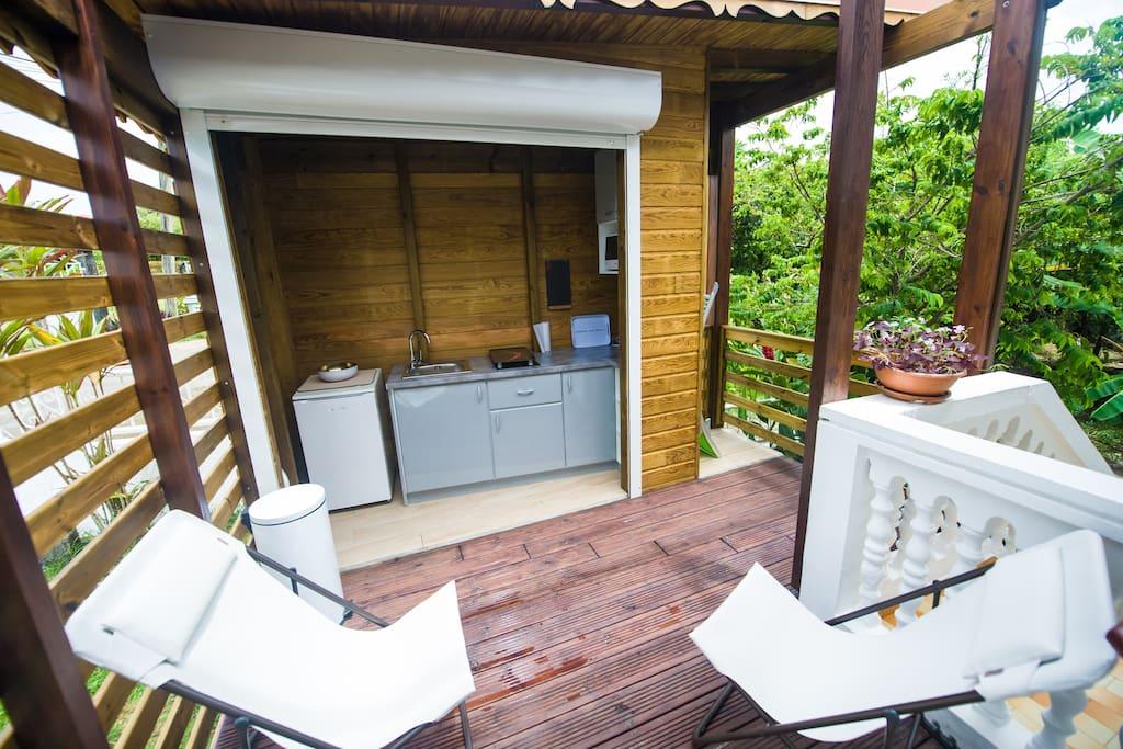 "Studio ""Papaye"" : Pergola avec sa cuisine équipée"