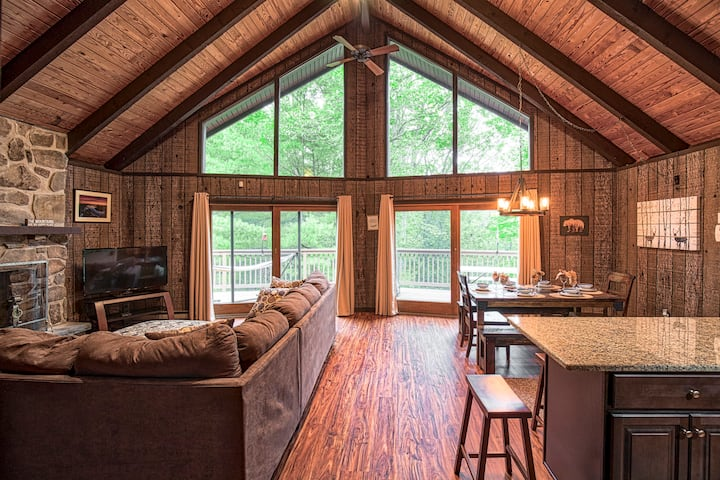 Cabin w Hot Tub and Fire Pit at Lake Wallenpaupack