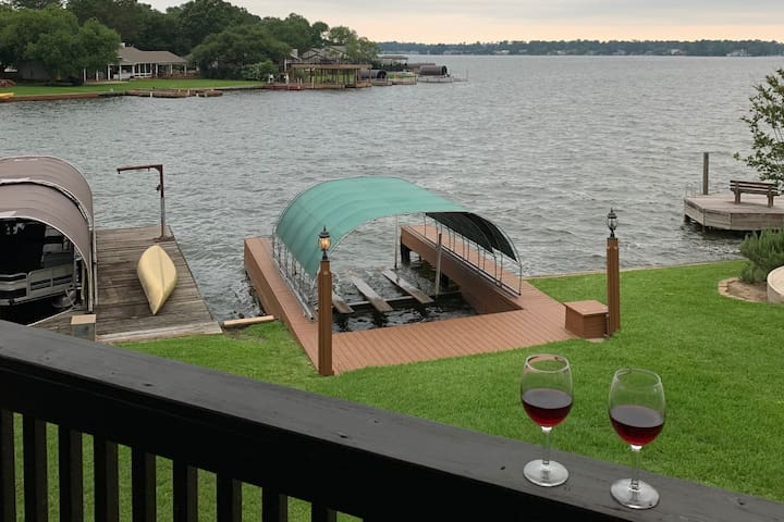 Cozy Lakefront Haven on Lake Conroe