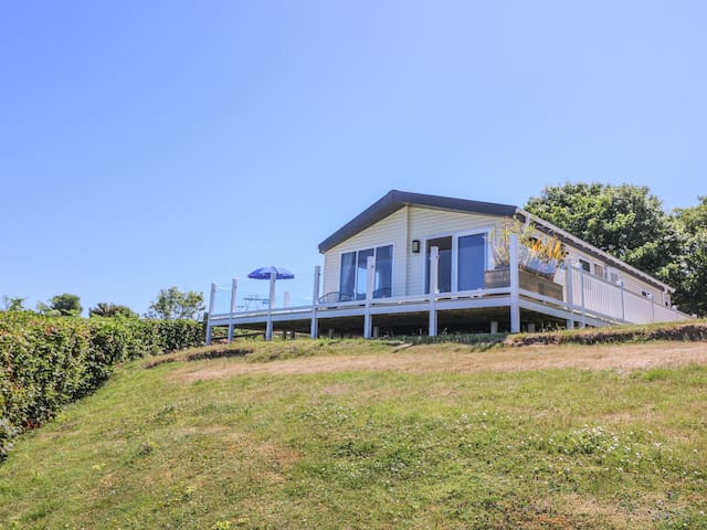 8 HARBOUR VIEW, family friendly, with pool in New Quay, Ref 980409