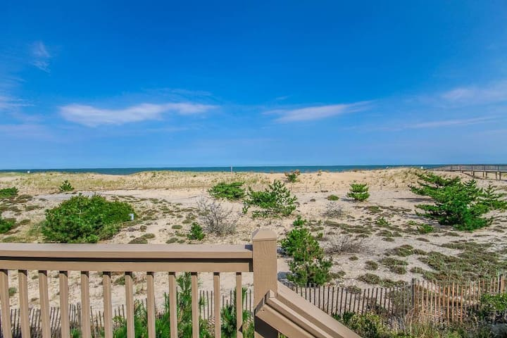F16KG: DOG FRIENDLY! Updated Oceanfront Kings Grant TH -  Community Pool!