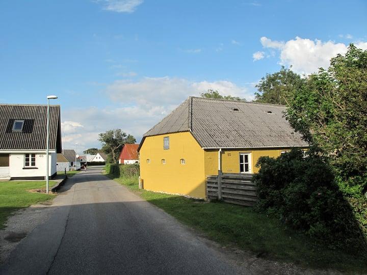 Gammelt aftægtshus i landsby ved  Limfjorden.