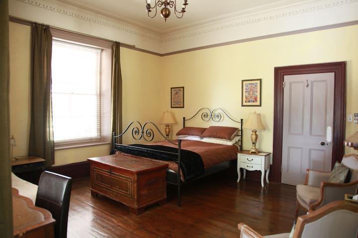 Cozy Grand Getaway - Room in Heritage Homestead