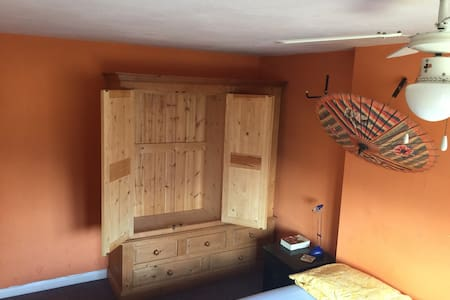 Pleasant room in quiet suburb house - Bedford - House