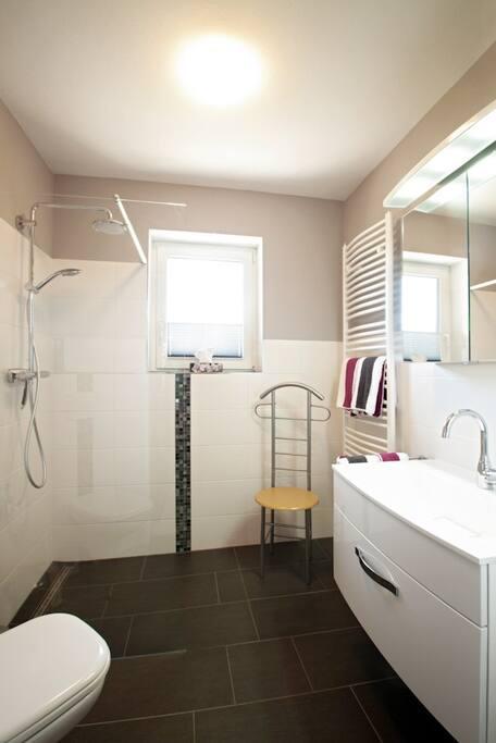 Diese Bad hat Fußbodenheizung ein Radio und es ist eine ebenerdige Dusche