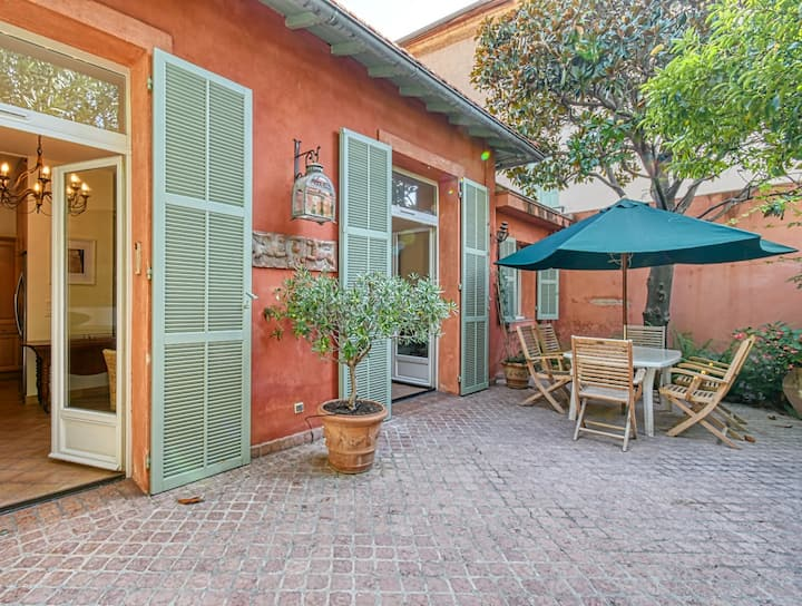 Beautiful air-conditioned house 5 minutes from the Croisette and beaches.