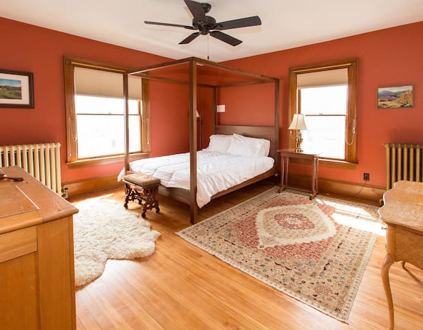 Enosburg Room - The 1906 House Bed and Breakfast