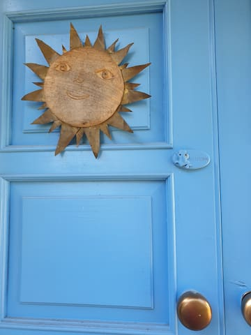 La porta principale d'ingresso ricorda il nostro invito ad una esperienza di relax -  The main entrance door is a reminder of our invitation to a relaxing experience