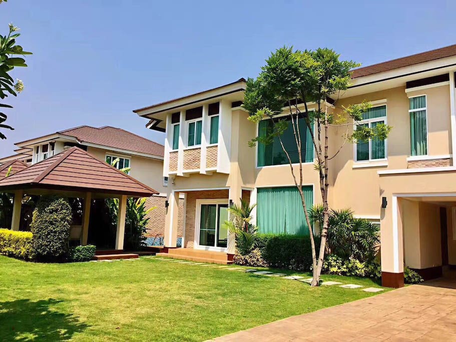 This newly constructed 4 bedroom house is for rent in the Moo Baan Wang Tan area just 15 minutes away from Central Plaza. It features a beautiful large fenced yard, pool, and sala along with a covered 2 car park.