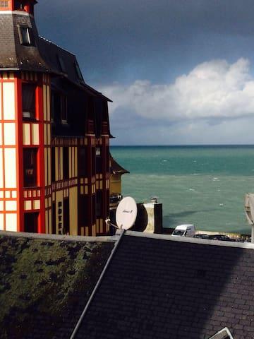 Vue sur mer et calme en centre ville - Granville - Apartment