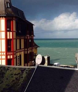 Vue sur mer et calme en centre ville - グランヴィル - アパート