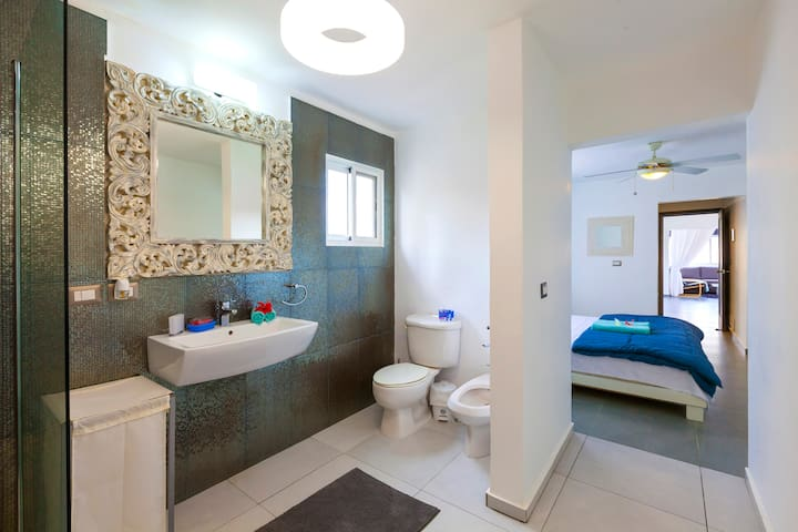 Bathroom, fresh and cozy. It is next to your Master bedroom. It's very bright and fresh, free towels, shampoo, linen are included