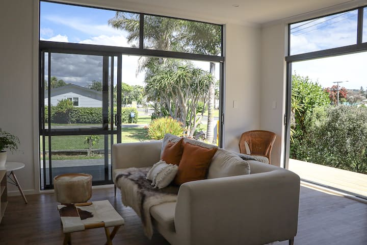 Ironsands Beach Stay - Brand new home - central