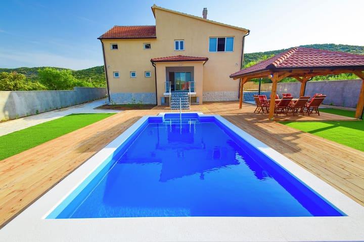 Moderne Luxus-Villa mit privatem Pool 12 km vom Strand und dem belebten Vodice