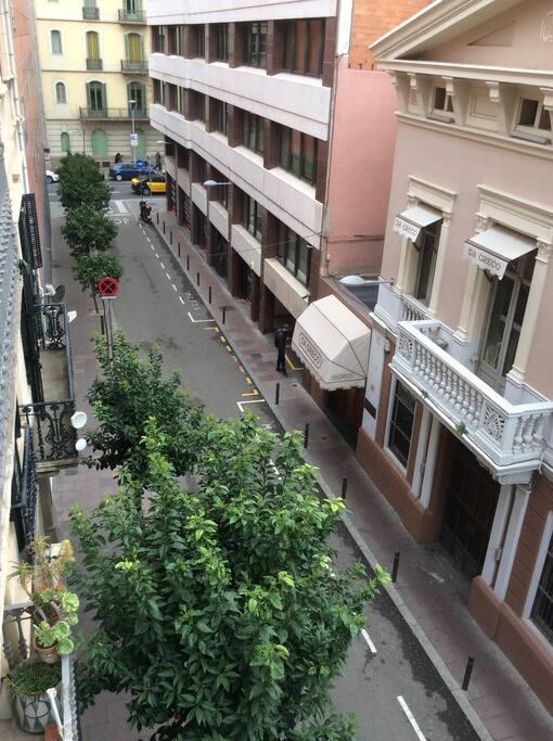La vista de la calle Santa Teresa desde el balcon de tu habitación