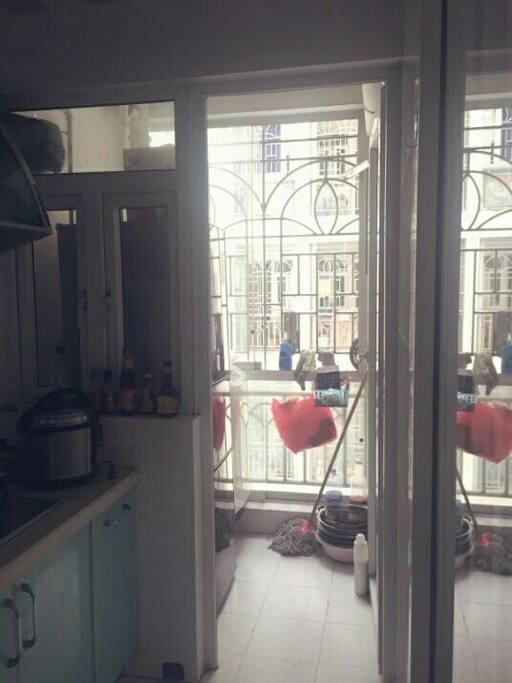 生活阳台,有三开门冰箱和洗衣机