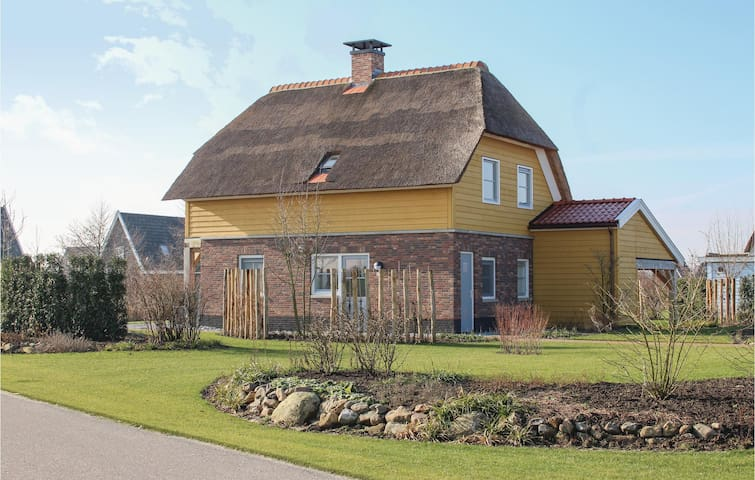 Holiday cottage with 4 bedrooms on 200 m² in Giethoorn