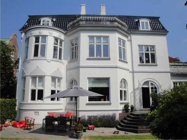 Luxury flat with garden 15 min from CPH-center - Charlottenlund - Leilighet