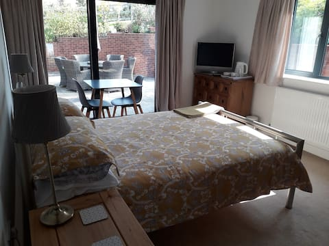 Spacious double room within contemporary house