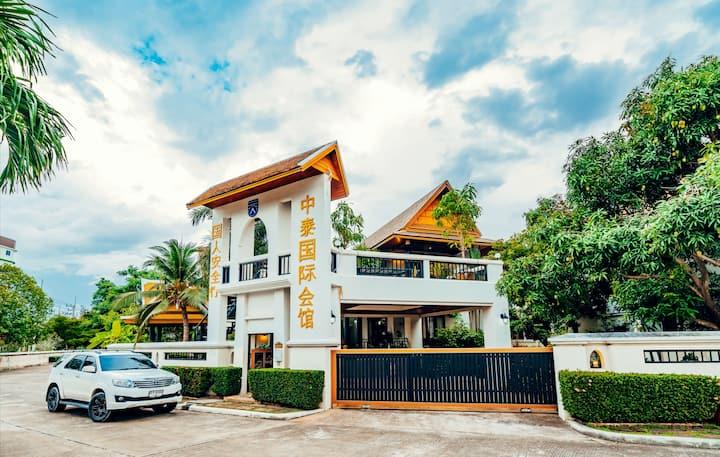 中泰会馆1号院Pattaya市内近海滩4卧+1司机房泳池别墅