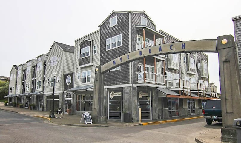 Nye Beach Searenity - Oceanfront Condo in the Heart of Nye Beach-Steps to the Best Restaurants!