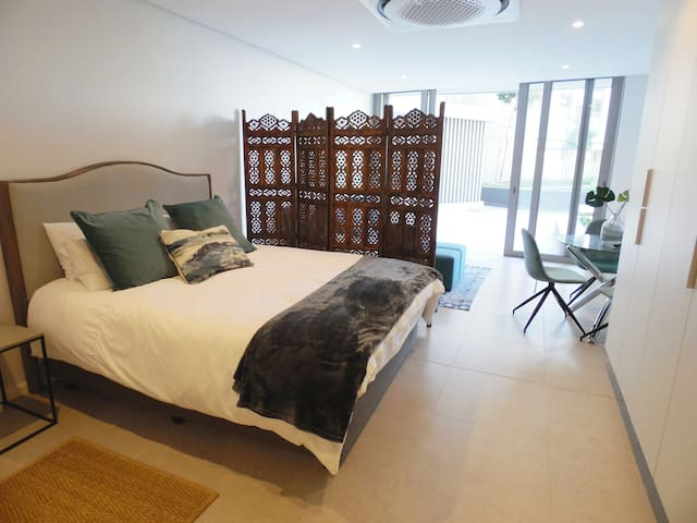 There is queen size bed with cotton linen, down duvet and feather pillows.