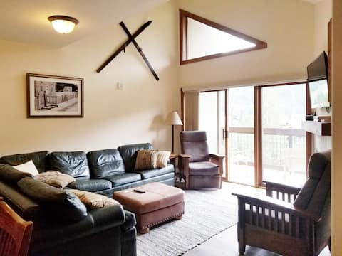 Keystone getaway to the slopes! Vaulted ceilings!