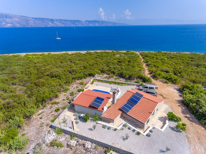 Two Bedroom Peaceful authentic remote cottage, seaside in Basina, Outdoor pool