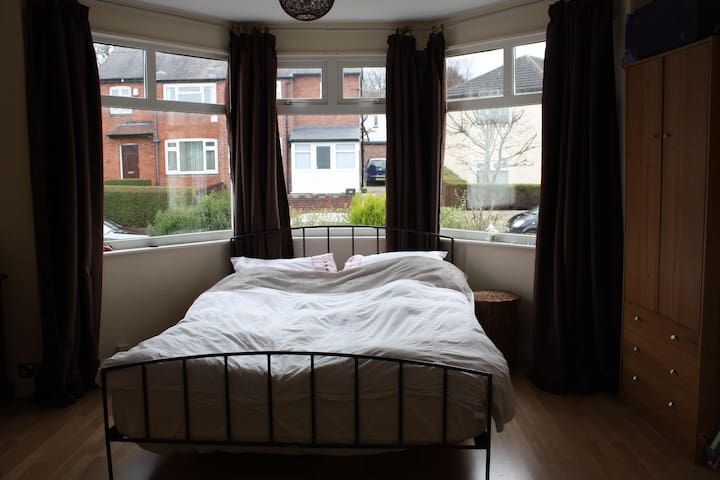Specious room close to Roundhay Park & city centre - Лидс - Дом