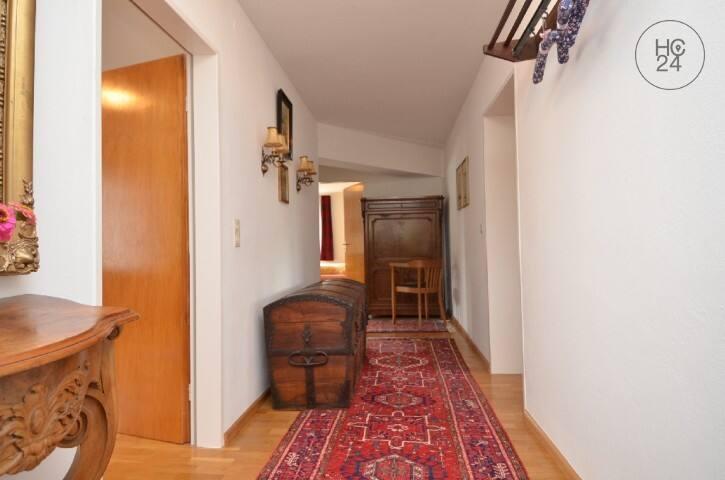 Sicht von der Eingangstüre auf den Flur. Links: 2. Schlafzimmer; geradeaus: 1. Schlafzimmer und links Bad; Türe rechts: Ess- und Wohnzimmer; vorne rechts: Einbauküche.