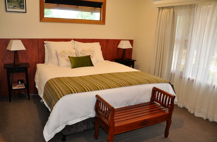 The River House Launceston - King Suite - Dilston - Bed & Breakfast