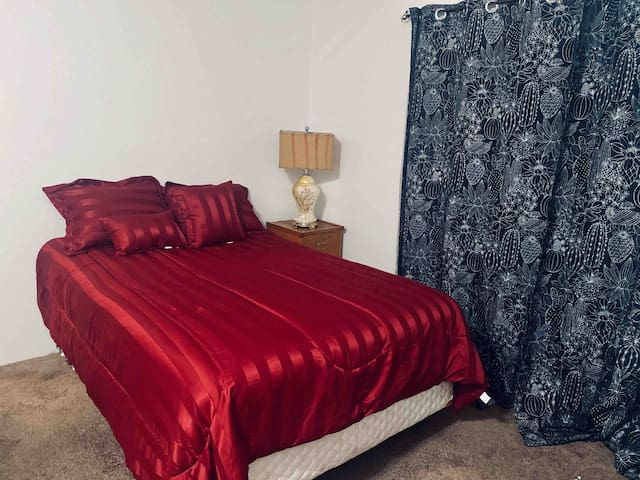 Queen bed! fast WiFi, 1 mile to downtown