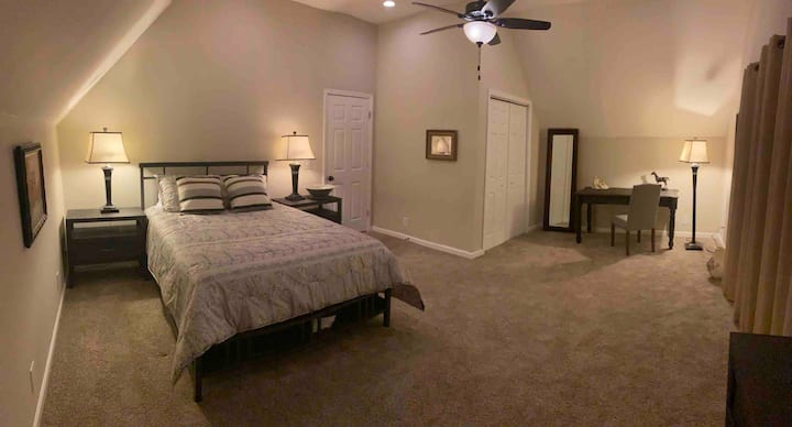 Spacious Private Room with Queen Bed & Study