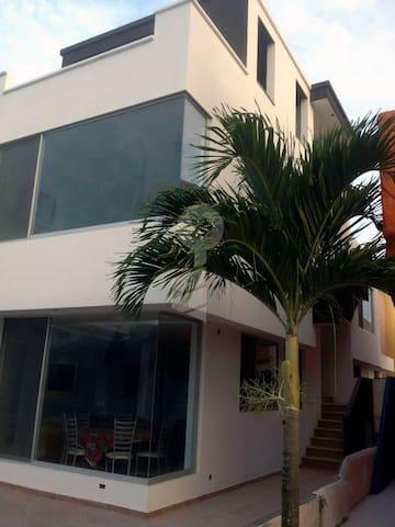Hermosa Casa  20 pasos de la playa! - Tonsupa - Haus