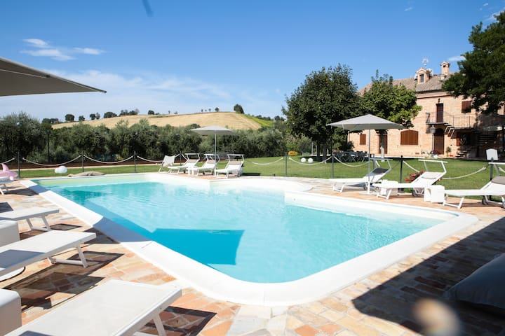 Villa Pedossa, typical country house with charming apartments and swimming pool in Le Marche: view of the property and countryside
