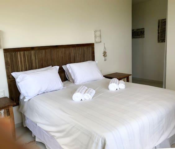 Quarto em suite com walking closet , ar condicionado e banheiro completo , grandes janelas con vista para o mar e a saida do sol