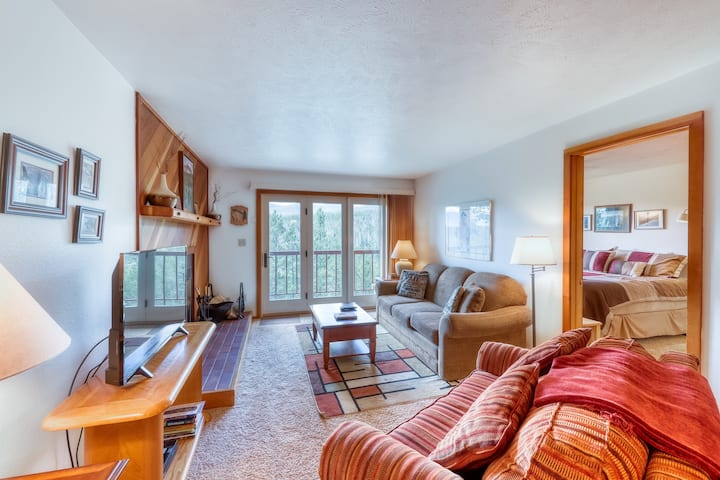Classy, family-friendly home with mountain views & shared pool and hot tub