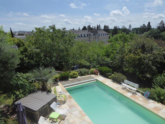 Maison Angers centre, Jacuzzi,jardin,petit déj
