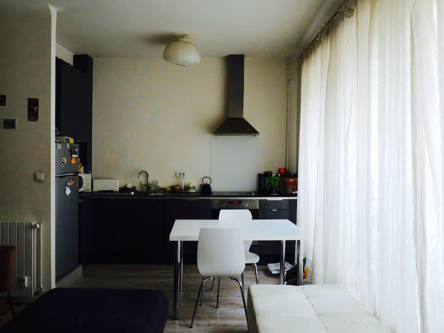 La cuisine toute équipée (machine à laver, four, micro-onde, cafetière, frigo/congélateur ...)