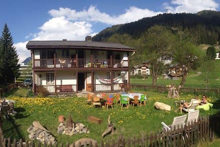 A romantic small house with garden - Davos Platz - Talo