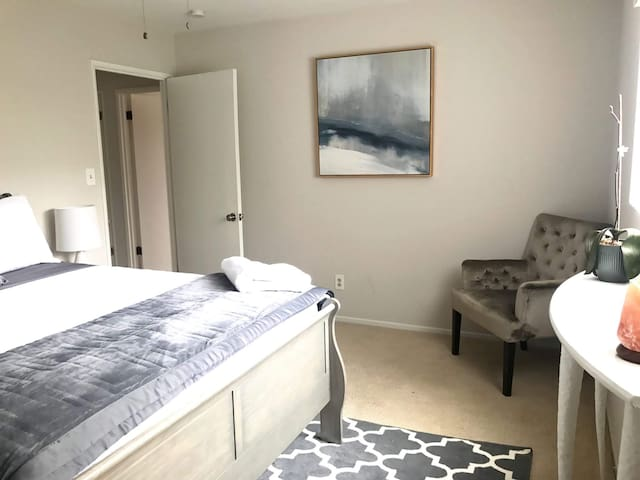 Beautiful Home in Santa Monica - Guest Room