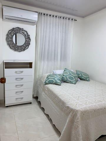 Hermosa Habitación #1 principal con cama doble de 140 cm x 190 cm y aire acondicionado.