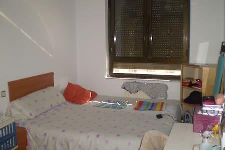 Habitacion doble barrio tranquilo bien comunicado - Haus