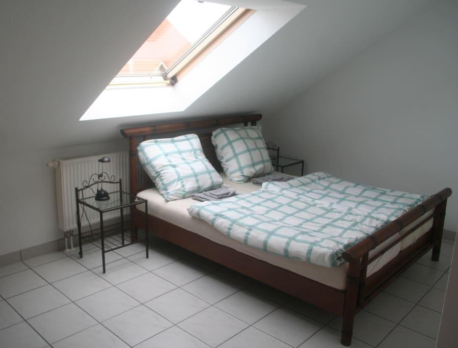 2. Schlafzimmer mit Doppelbett  (1,60m x 2.00m).
