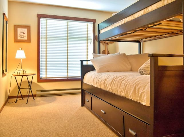 Cozy ski in/ski out with kitchen, wifi, outdoor hot tub and pool, located beneath the Elk chair: 217 - Snow Creek Lodge 217